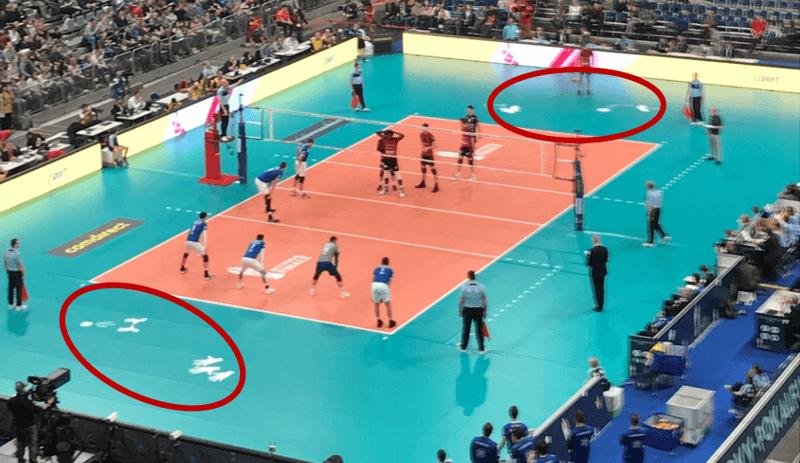Pritschende Hände als Platzhalter für Werbung beim DVV-Pokalfinale 2018
