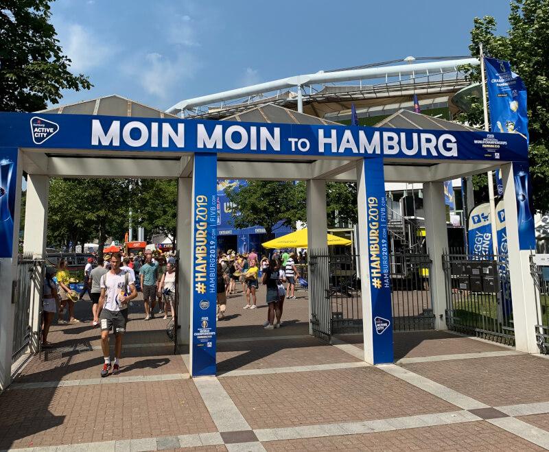 Eingang zur Beachvolleyball WM in Hamburg [@ Eigene Aufnahme]