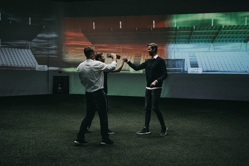 In der innovativen Trainingshalle nach einem Spiel mit Just Football Gründer [Foto: Kerstin Kronabether]